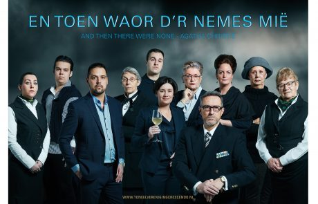 Toneelvereniging Crescendo 2019 groepsfoto SPUISERS fotografie in Agatha Christie stijl And then there were none